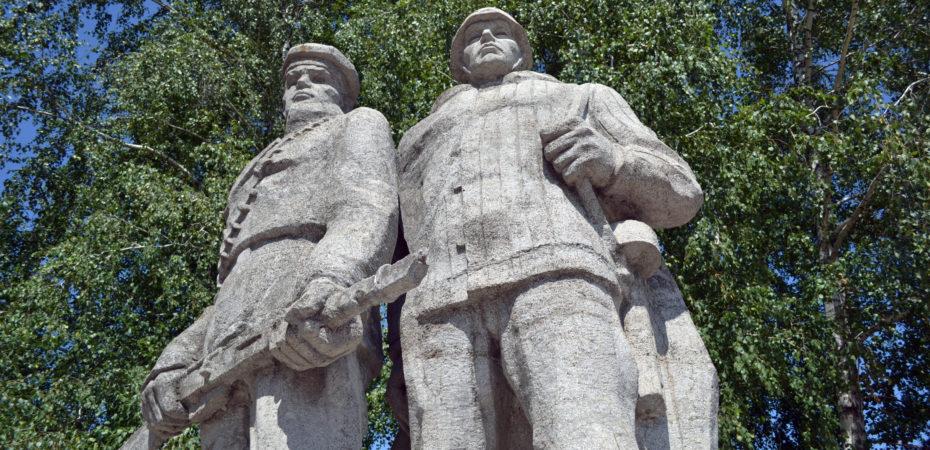 """Памятник двум солдатам (называют """"два непьющих"""")"""